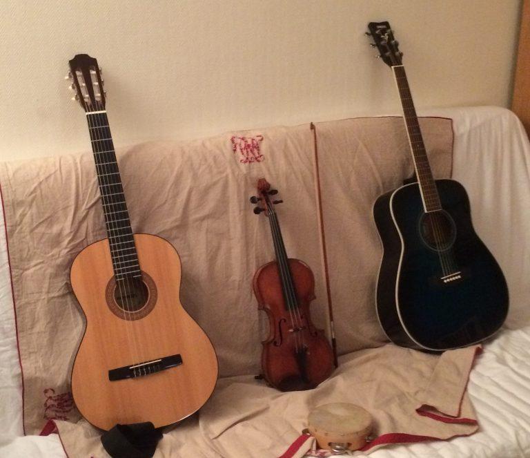 guitares violon canapé